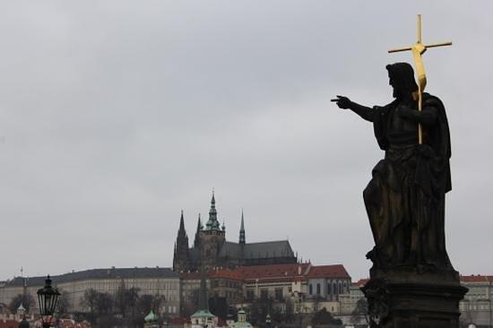 Unitas Hotel:                   Прага. вид с Карлова моста на Пражский град.