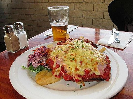 Hotel Bruny Bistro : Chicken Parma with local ingredients!