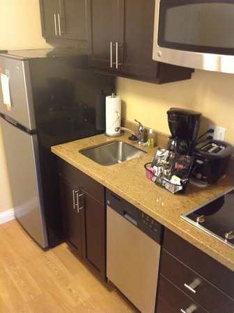 TownePlace Suites Mississauga-Airport Corporate Centre: Kitchen Area
