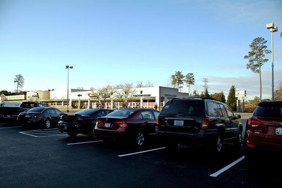 Hampton Inn Newport News-Yorktown: Parking Area with Plaza Shops