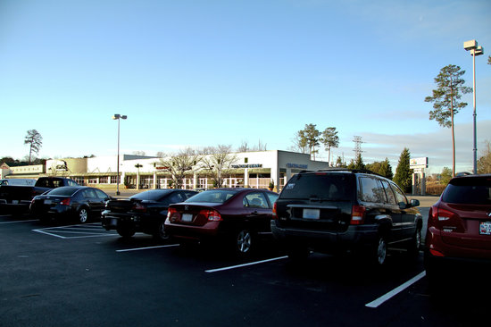 Hampton Inn Newport News-Yorktown: Parking Area with Shops and Thai Restaurant