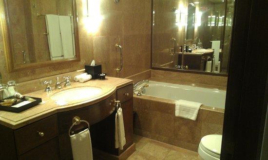 Sheraton Imperial Kuala Lumpur Hotel: bathroom with huge bath tub