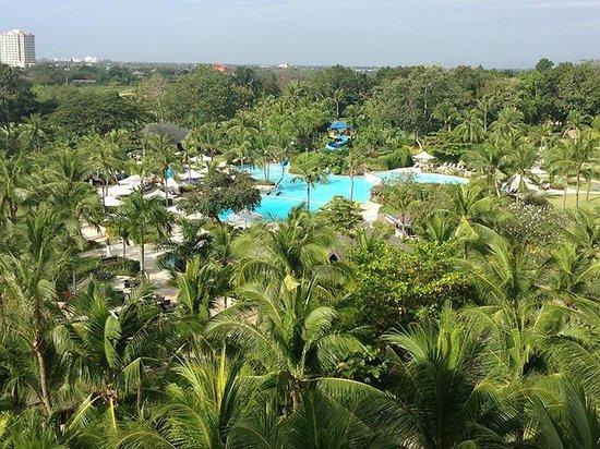 Shangri-La's Mactan Resort & Spa:                   部屋からプールサイドを見る