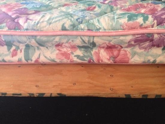 Marco Polo Motel: thin mattress on a piece of plywood .... very uncomfortable.