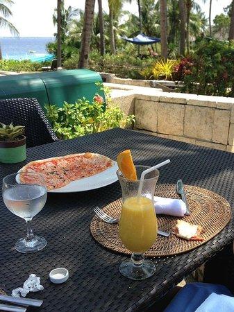 Buko Bar at Shangri-La's Mactan Resort & Spa:                   ビーチ方面