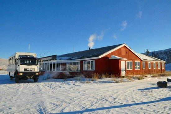 Кангерлуссуак, Гренландия:                   建物の外観。左のバスで行ったが、厳冬期なので、待つ間もエンジンを切らなかった