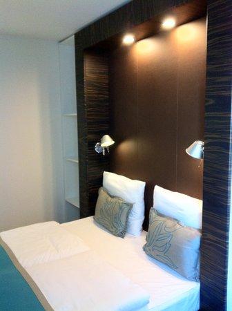 Motel One Hamburg am Michel: double bed