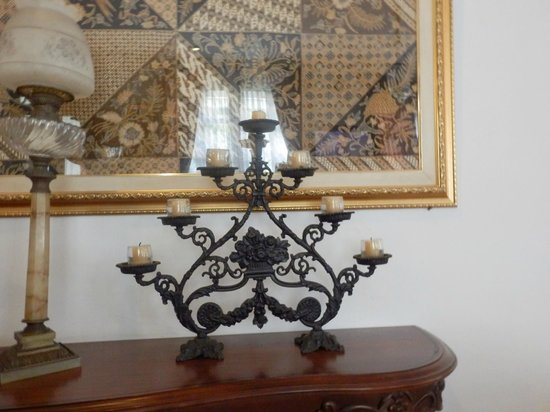 Soga Restaurant & Lounge: Nice candlestick plus large quality batik piece above