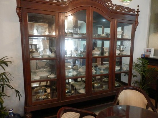 Soga Restaurant & Lounge: Some nice collections of china in the restaurant