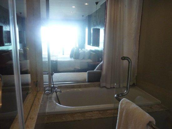 Sareeraya Villas & Suites:                   Ocean view from shower!