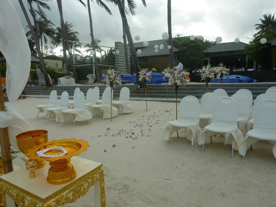 Sareeraya Villas & Suites:                   Beach wedding.