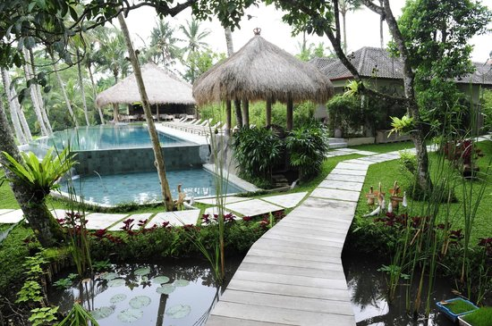 Kenanga Boutique Hotel:                   a pathway to the room
