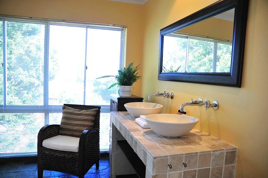 Mandalay Beach Guest House: Presidential / Honeymoon suite bathroom