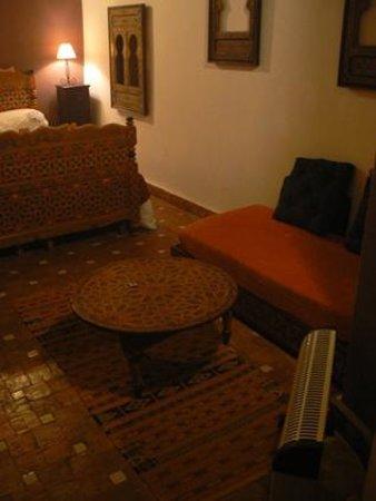 Riad Menthe et Citron:                                                       Chambre Jasmin  - la table basse