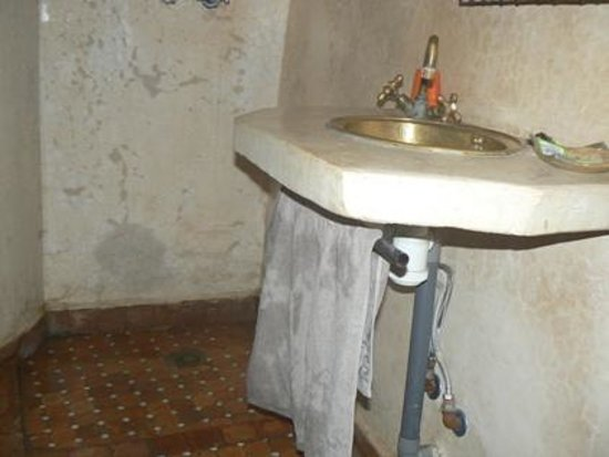 Riad Menthe et Citron :                                                       Chambre Jasmin  - douche et lavabo