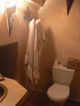 Riad Menthe et Citron :                                                       Chambre Jasmin  - toilettes/lavabo/douche