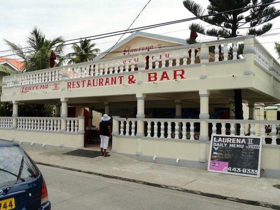 Hotel Laurena :                                     Restaurant Laurena mit Menütafel rechts