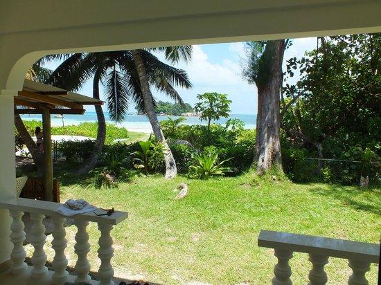 Rosemary's Guesthouse :                   Vista del giardino e del mare dalla stanza.