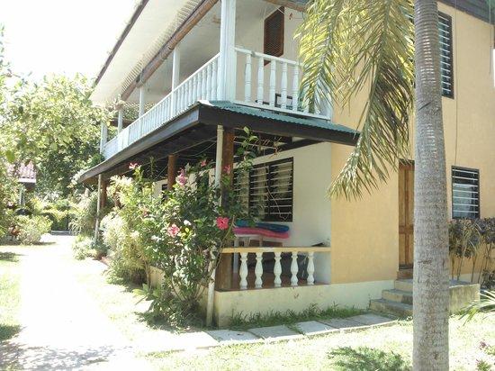 Rosemary's Guesthouse:                   La struttura con vista giardino.