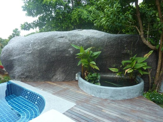 Koh Tao Heights Boutique Villas:                   Privacy rock and fish pond.