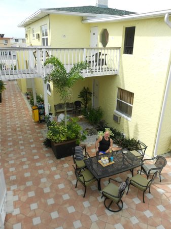 Oasis Palms Resort:                   En av uteplatserna för morgonfika