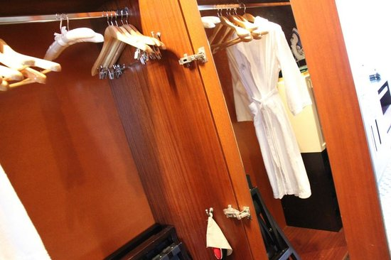 Four Seasons Hotel Sydney:                   Wardrobe