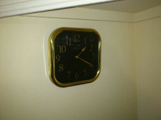 Mackenzies Highland Inn :                   Clock Without Battery Room 5, Has It Been Replaced For You?