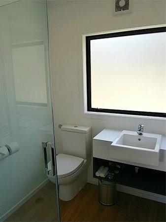 Discovery Lodge: Salle de bain sobre et moderne