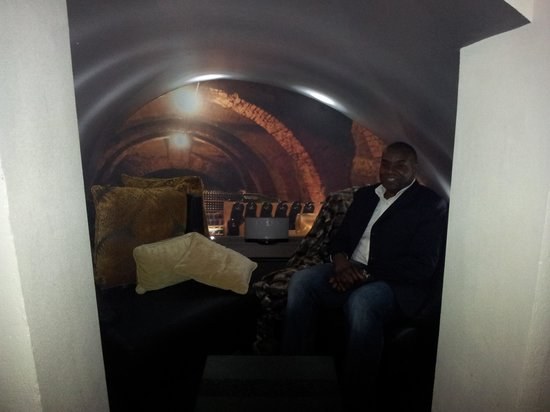 Crowne Plaza London - The City:                   vault at the voltaire bar on site