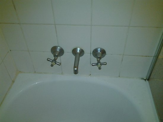 Mantra on Northbourne Canberra : Mould and discolouring around bath