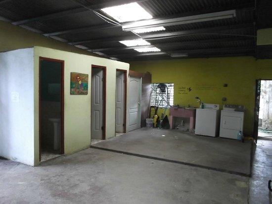 Bambu Hostel :                   Toilettes et douches communes avec aire de lavage.