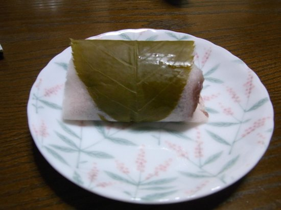 Usagiya:                   季節の生菓子「桜もち」