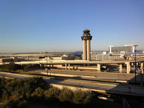 Hyatt Regency DFW:                   Blick vom Hotelzimmer auf ein Terminal