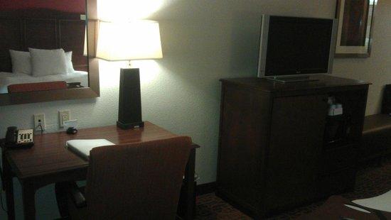 Hampton Inn & Suites Waxahachie: desk area