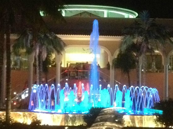 Gran Melia Palacio de Isora Resort & Spa: Hotel fountains at night