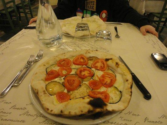 La Casa Matta: ...Pizza mozzarella, pomodori e melanzane...