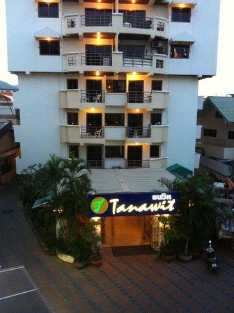 Tanawit Condotel:                   FRAMSIDA PÅ HOTELL