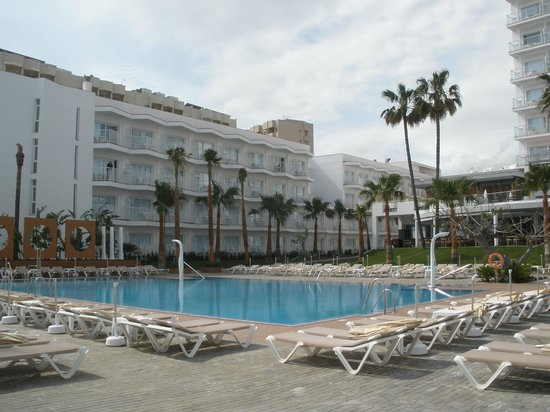 Hotel Riu Nautilus:                   Pool / side building