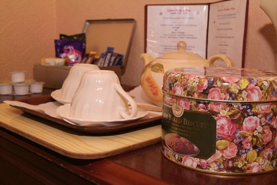 Rosemead Guesthouse: Hospitality Tray with tin of biscuits
