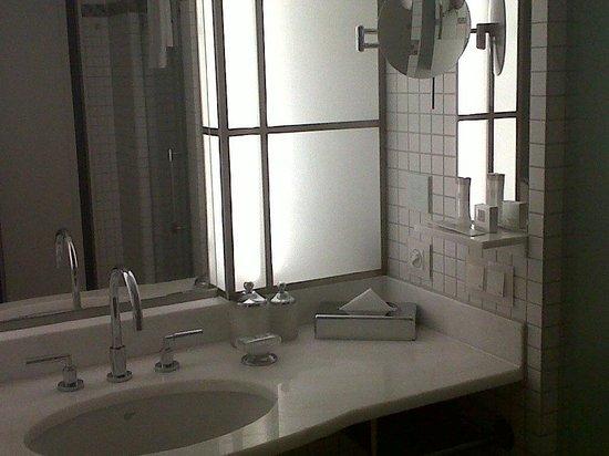 The Ritz-Carlton, Wolfsburg:                                                       Salle de bain, avec le nécessaire et un pe