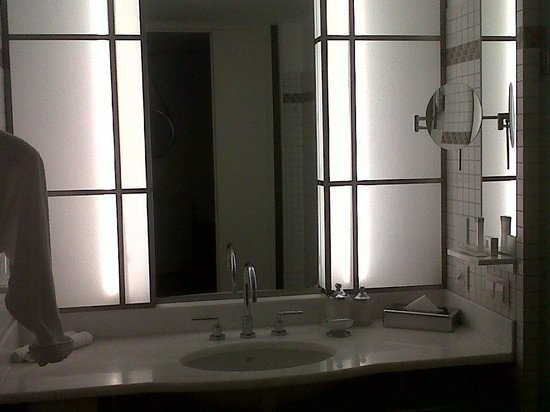 The Ritz Carlton, Wolfsburg: Salle De Bain, Avec Un Grand Lavabo Et