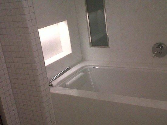 Salle de bain, avec un grand lavabo et un - Picture of The Ritz ...