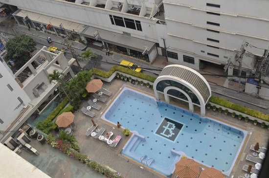 BelAire Bangkok: Looking down onto pool and Soi 5