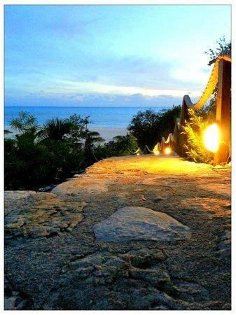 Shannas Cove Resort:                   walkway to the beach and to the restaurant/lobby
