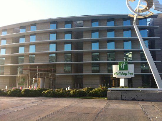 Holiday Inn Santiago Airport: Steps away from the terminal - so easy!
