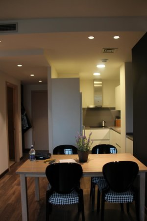 Cosmo Apartments Consell de Cent:                   Dining area and kitchen