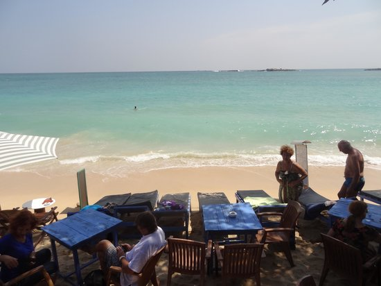 Samson Restaurant: Tables and sunbeds on the beach