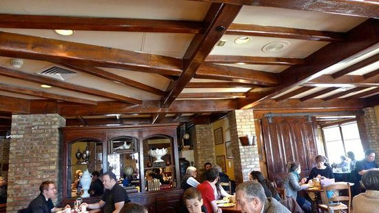 la Madeleine French Bakery & Cafe: Low wood beams for that warm rustic atmosphere.