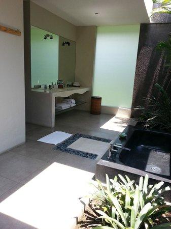 Villa Alice:                   open bathroom