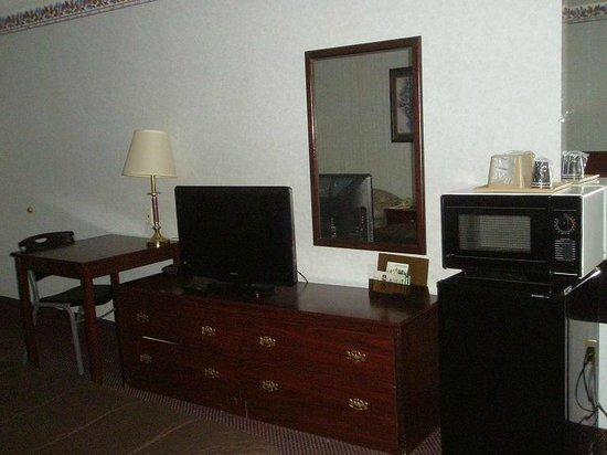 Country Hearth Inn:                                     Desk, TV, Microwave, fridge